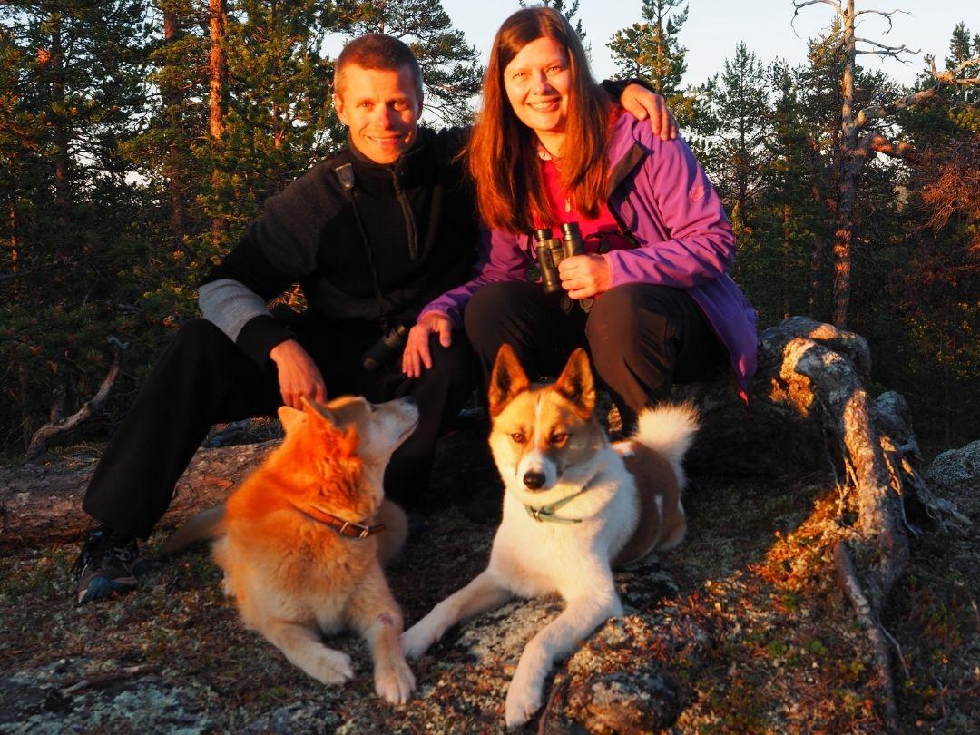 AT Naturen tiimi Arto Terhi Sissi ja Hiski nauttivat keskiyön auringosta.