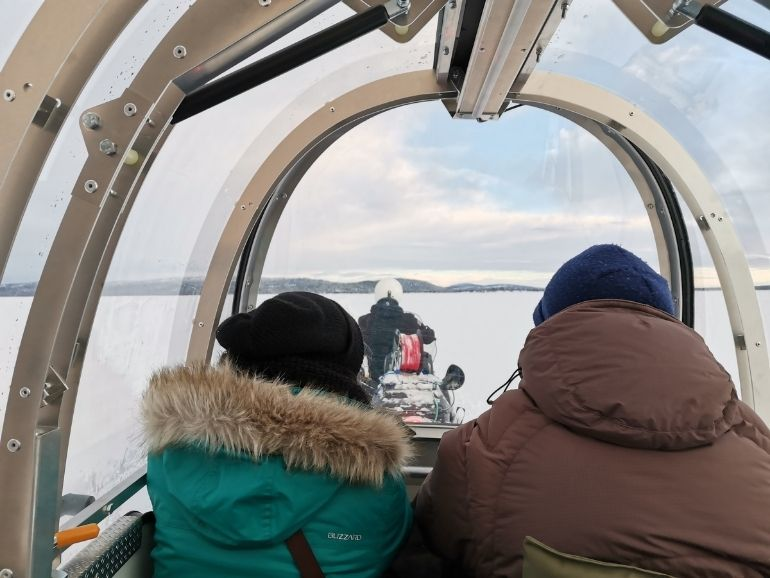 AT Naturen katetussa reessä järven jäällä.