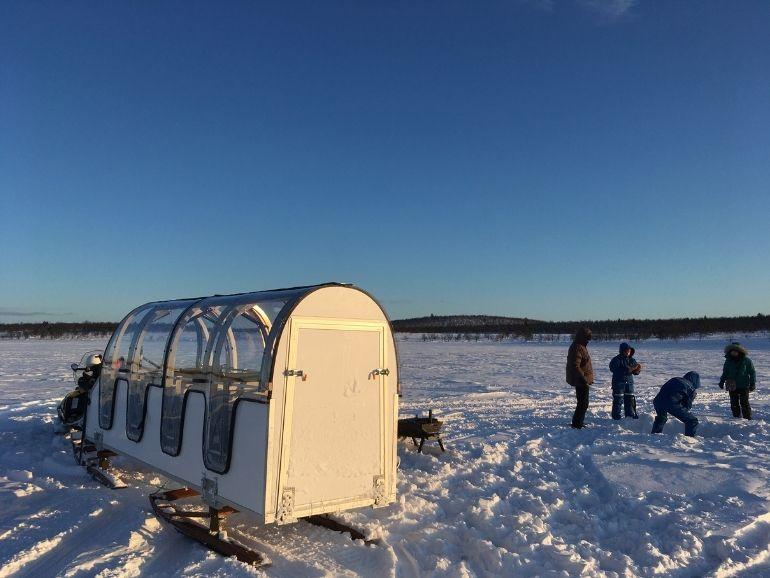 AT Naturen talviseikkailijat tekevät reikiä jäähän.