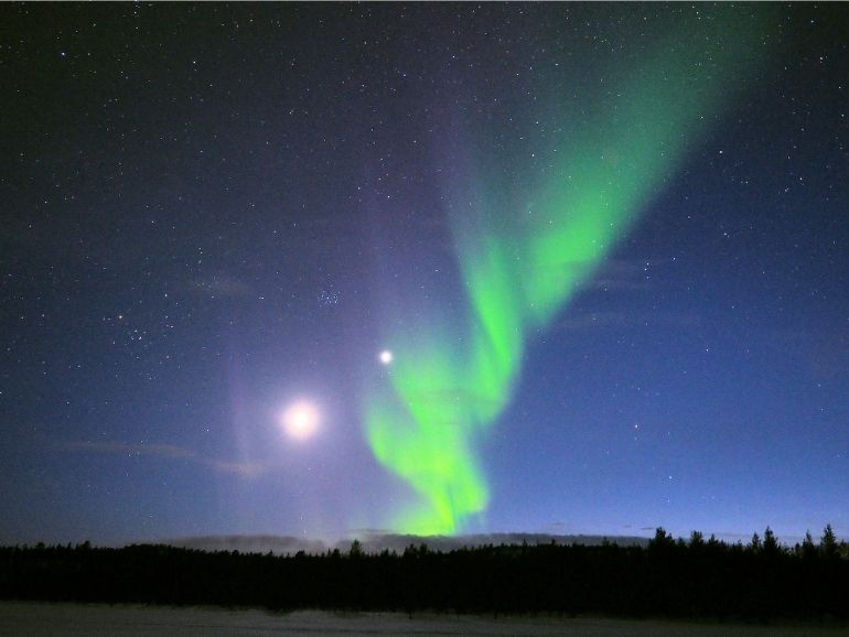 Kuu, Venus ja revontulet AT Naturen mökin lähellä.
